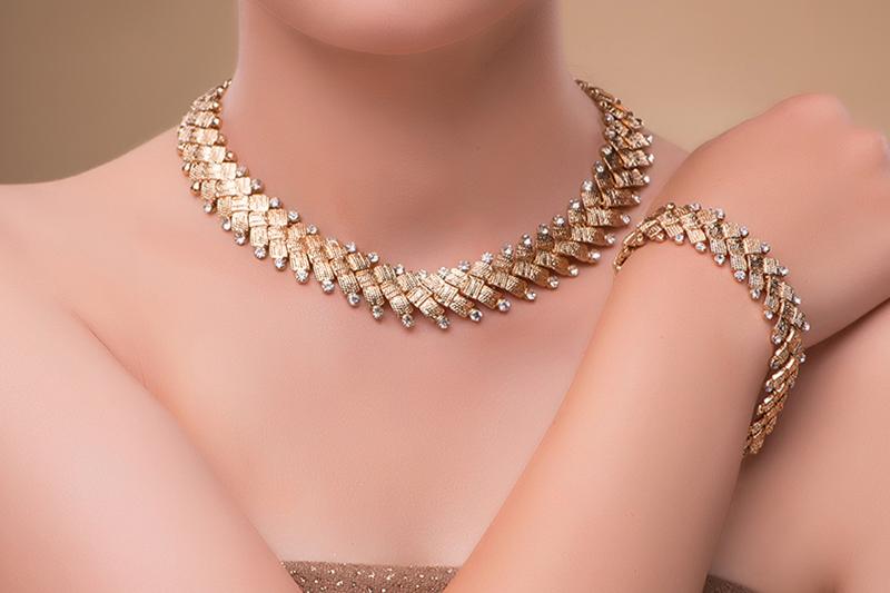 Femme avec des bijoux en or